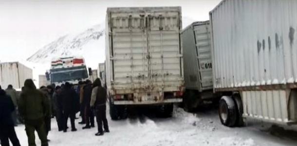 На перевале «Койтезек» : Таджикские дальнобойщики в снежном плену (видео)