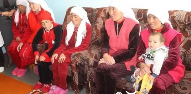 Памирден келген кыргыздарга калпак кийгизип, жоолук салышты (сүрөт)