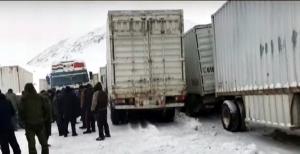 На перевале «Койтезек»: Таджикские дальнобойщики в снежном плену (видео)